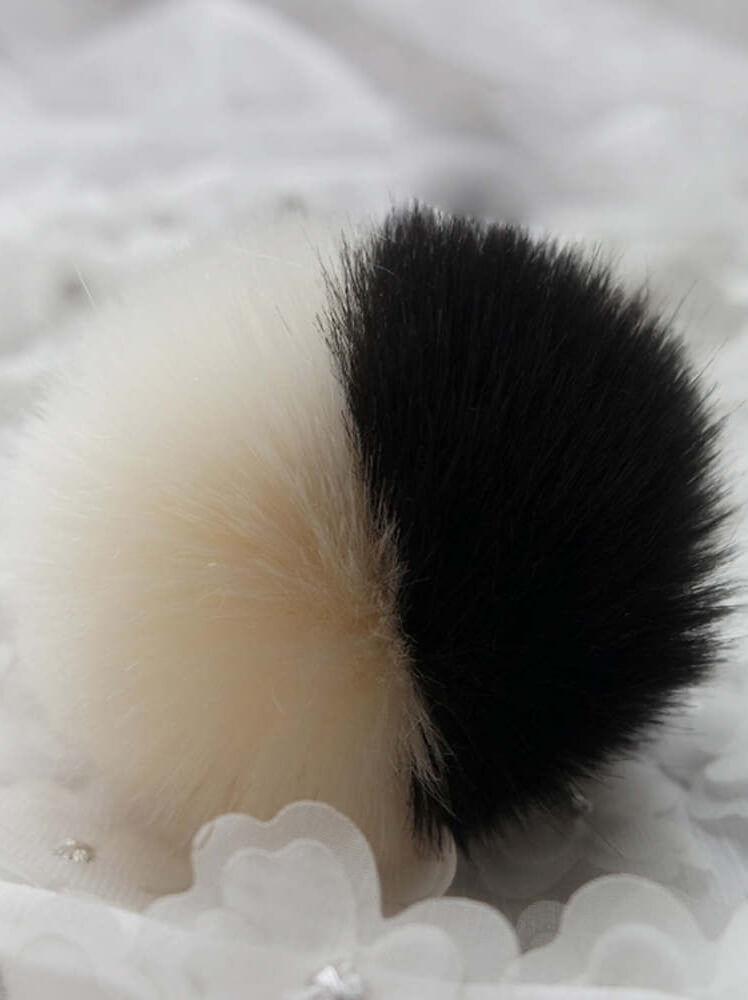 Μπρελόκ με δίχρωμη φούντα (εκρού-μαύρη)