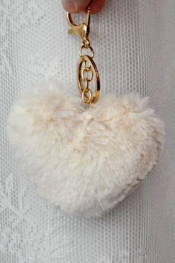 γούνινο μπρελόκ με εκρού φούντα σε σχήμα καρδιάς