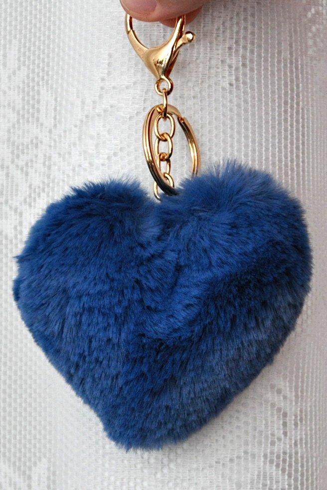 γούνινο μπρελόκ με μπλε ρουά φούντα σε σχήμα καρδιάς