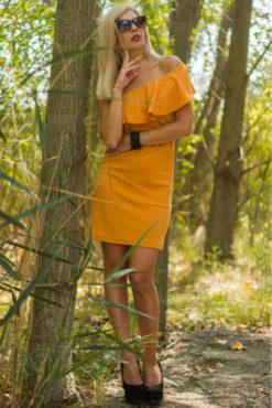 Φόρεμα ελαστικό pencil με έναν ώμο και βολάν σε ώχρα