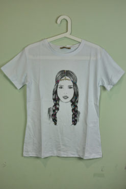 T-shirt με τύπωμα και πολύχρωμες χάντρες