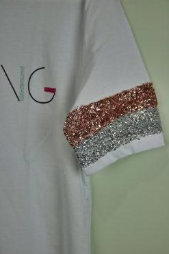 T-shirt με μεταλλικό τύπωμα και παγιέτες στα μανίκια