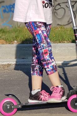 Παιδικό κάπρι κολάν εμπριμέ σε μπλε και φουξ αποχρώσεις