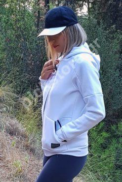 Γυναικεία ζακέτα σε χοντρό φούτερ με κουκούλα σε λευκό χρώμα