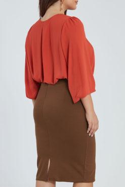 Midi φούστα με τσέπες μπροστά σε καμηλό χρώμα.
