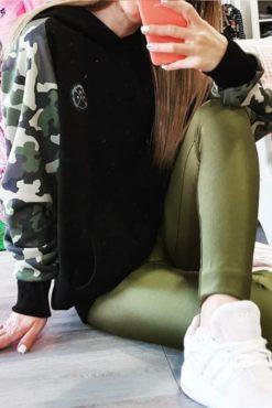 Μπλούζα φούτερ με κουκούλα κι εμπριμέ μανίκια σε χακί αποχρώσεις μαύρη