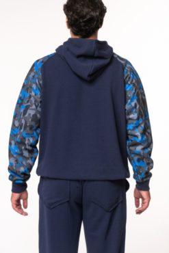 Μπλούζα φούτερ με κουκούλα κι εμπριμέ μανίκια μπλε